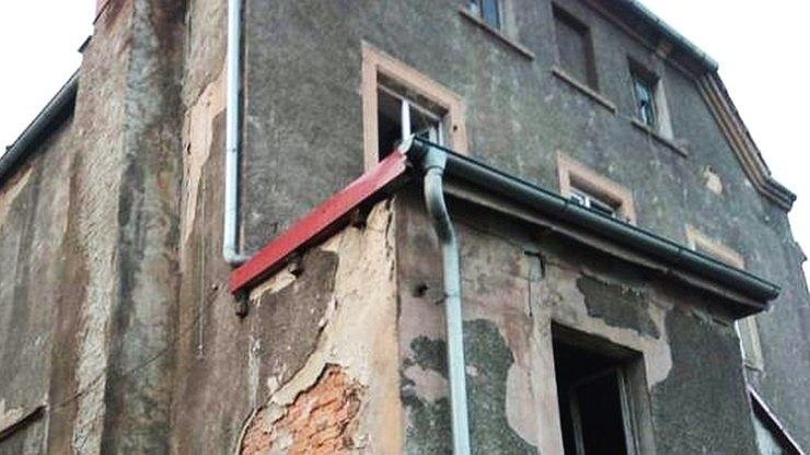 Strażacy wezwani do kapiącej z sufitu wody odkryli w mieszkaniu zwłoki 38-letniej kobiety /KW PSP Wrocław /materiały prasowe