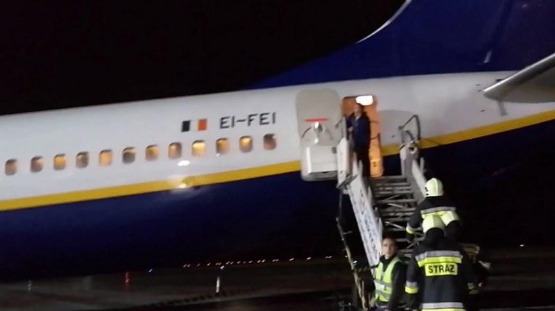 Strażacy wkroczyli na pokład samolotu w niezwykłym celu /Mariusz Torbus /YouTube
