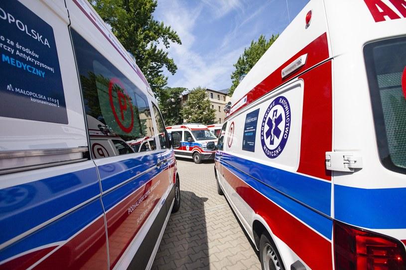Strażacy wydobyli z szybu windy ciężko rannego mężczyznę, który z licznymi obrażeniami został przewieziony do Uniwersyteckiego Szpitala Klinicznego w Opolu /FOT. JOANNA URBANIEC/GAZETA KRAKOWSKA /Getty Images