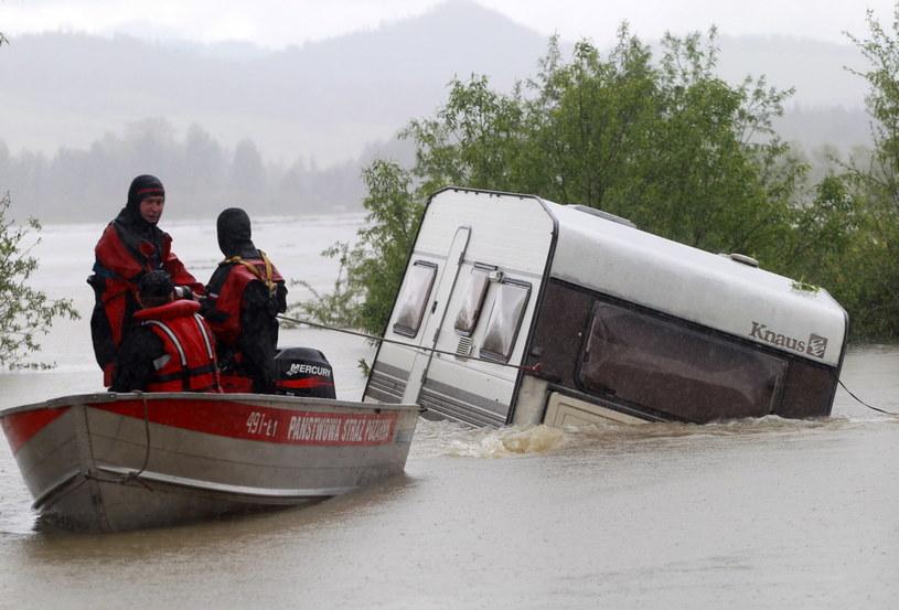 Strażacy wydobywają z jeziora Czorsztyńskiego przyczepy kempingowe porwane przez wodę. /Grzegorz Momot /PAP