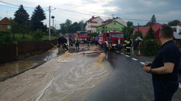 Strażacy wypompowują wodę /PSP