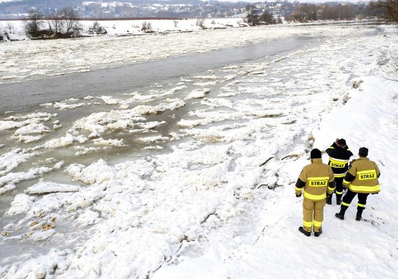 Strażacy z OSP w Wapowcach podczas monitorowania zatoru lodowego na Sanie /Darek Delmanowicz /PAP