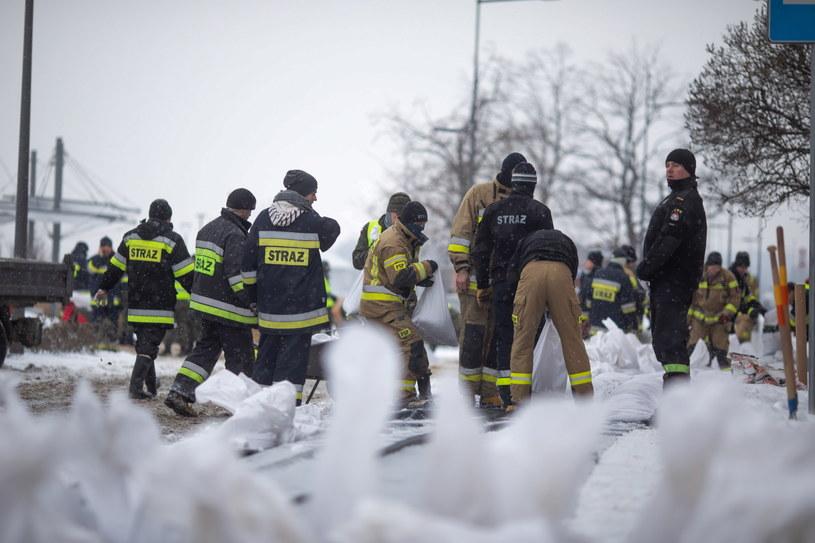 Strażacy zabezpieczają nieruchomości przy bulwarach w Płocku /Szymon Łabiński /PAP