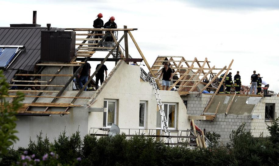Strażacy zabezpieczają zerwane dachy domów po nocnej nawałnicy w Malawie /Darek Delmanowicz (PAP) /PAP