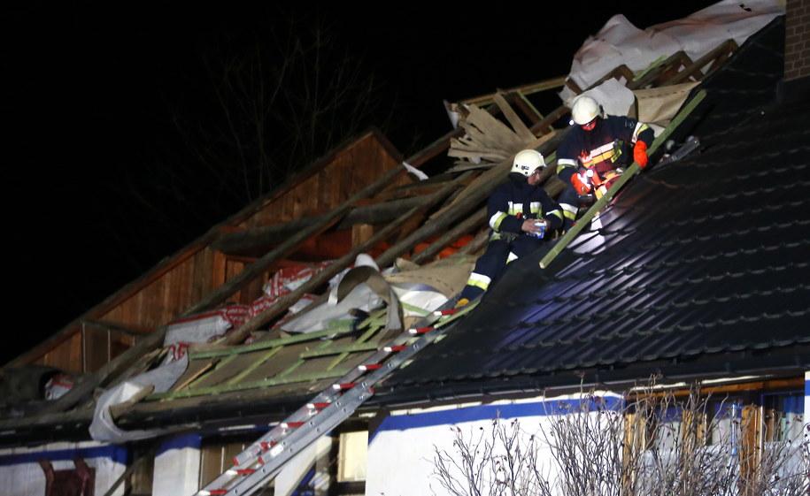 Strażacy zabezpieczają zerwany dach /Grzegorz Momot /PAP