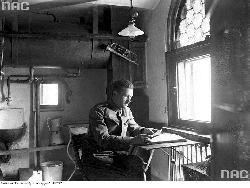 Strażak-trębacz na dyżurze w wieży kościoła Mariackiego (listopad 1937 r.) /Z archiwum Narodowego Archiwum Cyfrowego