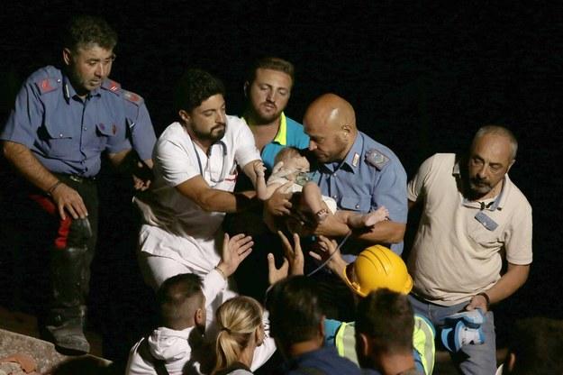 Strażakom bardzo szybko udało się wydobyć spod gruzów 7-miesięczne niemowlę /CESARE ABBATE /PAP/EPA