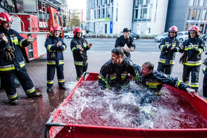 Strażaków nie opuszcza poczucie humoru. Nowych kolegów czeka zimna kąpiel /Grzegorz Gołębiewski /ATM