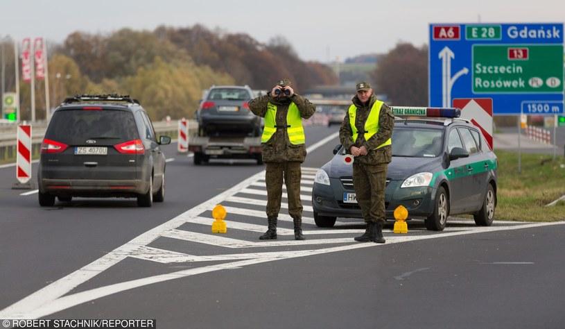 Strażnicy graniczni podczas tymczasowej kontroli przywróconej na czas Szczytu Klimatycznego w Polsce /Robert Stachnik /Reporter