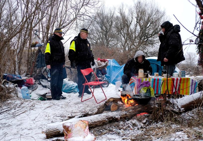 Strażnicy miejscy podczas patrolowania miejsc, gdzie gromadzą się bezdomni w Przemyślu /Darek Delmanowicz /PAP