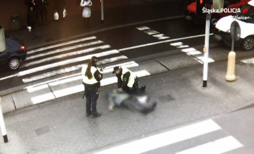 Strażnicy miejscy udzielają pomocy mężczyźnie, który dostał zawału na przejściu dla pieszych w Gliwicach /policja.pl /