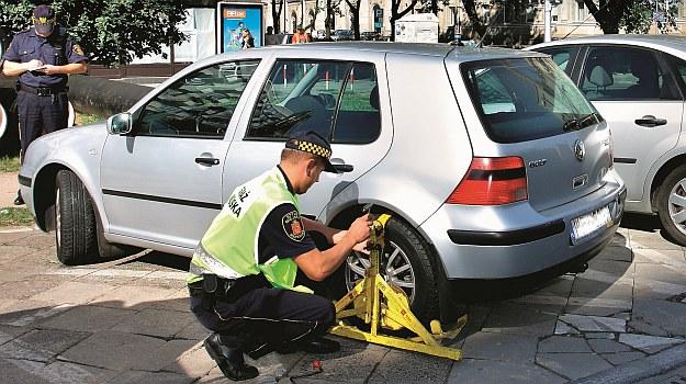 Strażnicy miejscy zaczęli skrupulatnie kontrolować sposób parkowania pojazdów. Powód? Nie mogą już zarabiać na fotoradarach. /Motor