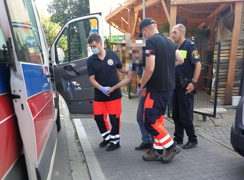 Strażnicy wynieśli 80-latka z nagrzanego auta (Źródło: Straż Miejska Miasta Krakowa) /facebook.com
