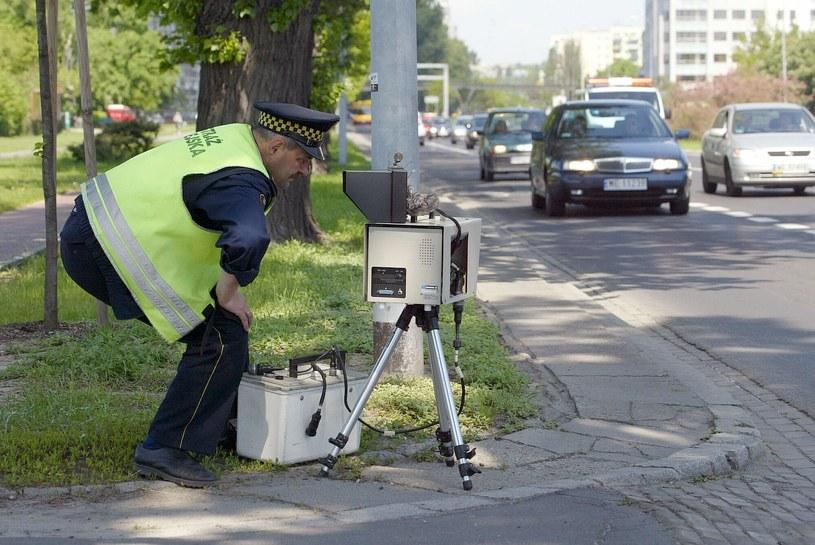 """Strażnik miejski w """"polowaniu"""" na kierowców. Zdjęcie z 2005 roku. /Tomasz Wawer /Agencja SE/East News"""