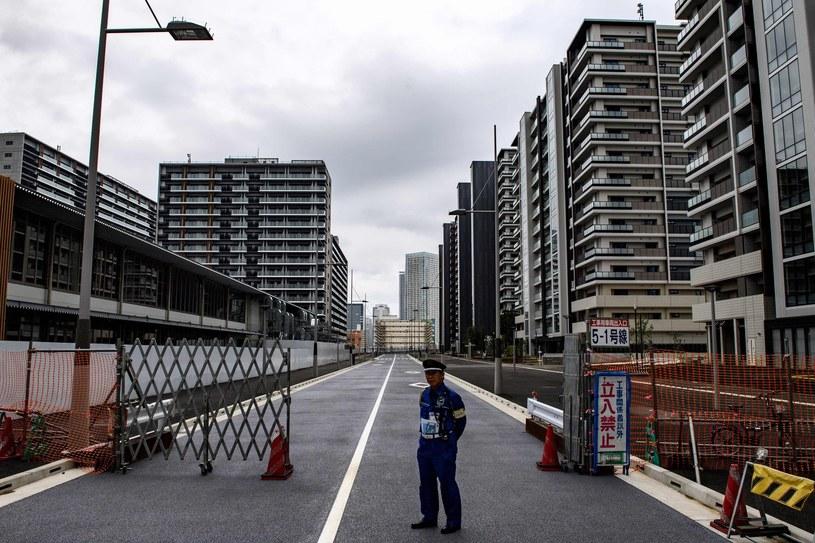 Strażnik pilnuje wejścia do wioski olimpijskiej w Tokio /AFP