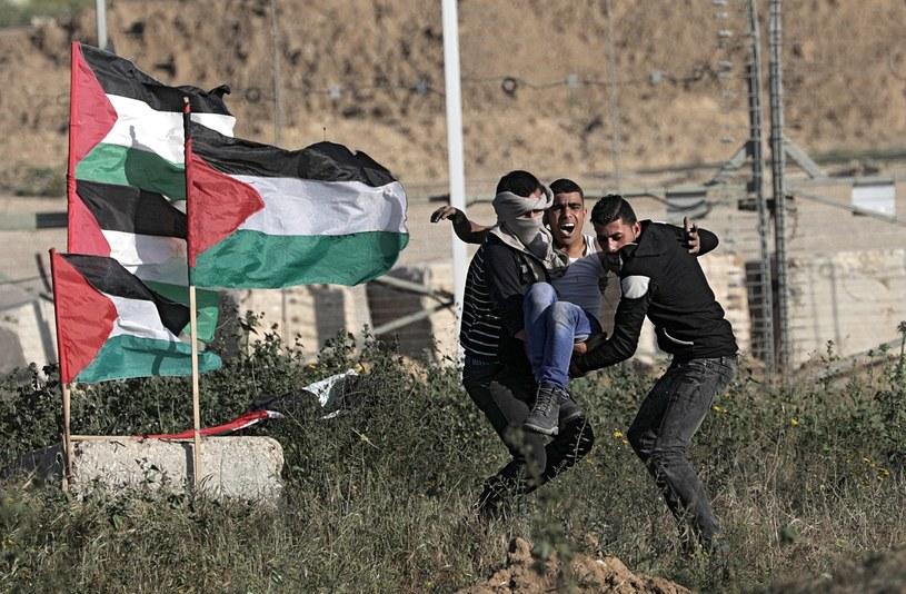 Strefa Gazy: Dziesiątki Palestyńczyków ranionych przez wojska izraelskie /MOHAMMED SABER  /PAP/EPA
