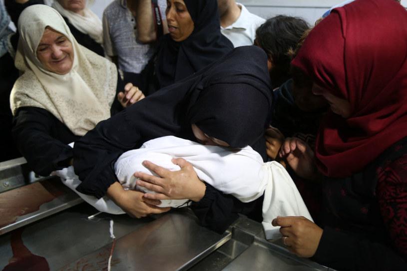 Strefa Gazy - kobiety opłakują śmierć 8-miesięcznego dziecka. Jak podali lekarze, przyczyną zgonu było uduszenie się gazem łzawiącym /Getty Images