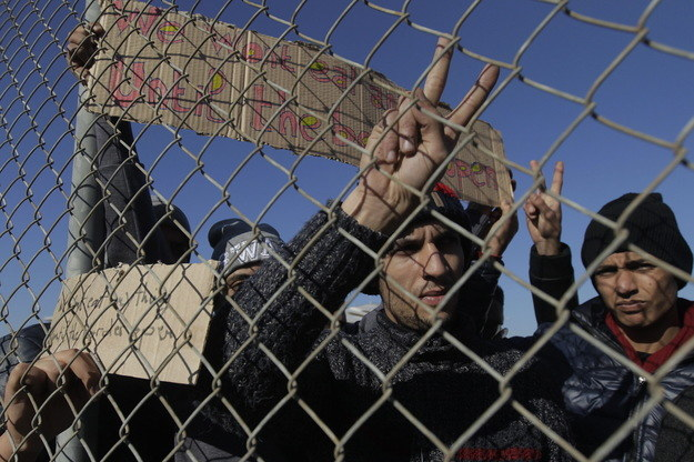 """""""Strefa Schengen jest zagrożona z powodu nieodpowiednich zachowań. Zamykane są granice Europy"""" /AFP"""