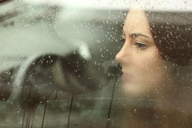 Stres, nerwy, uczucie niepokoju, lęk przed kolejnym dniem i uczucie osamotnienia /123RF/PICSEL