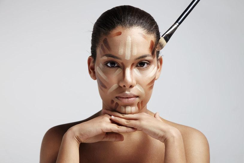 Strobing to odmładzający makijaż rozświetlający /123RF/PICSEL