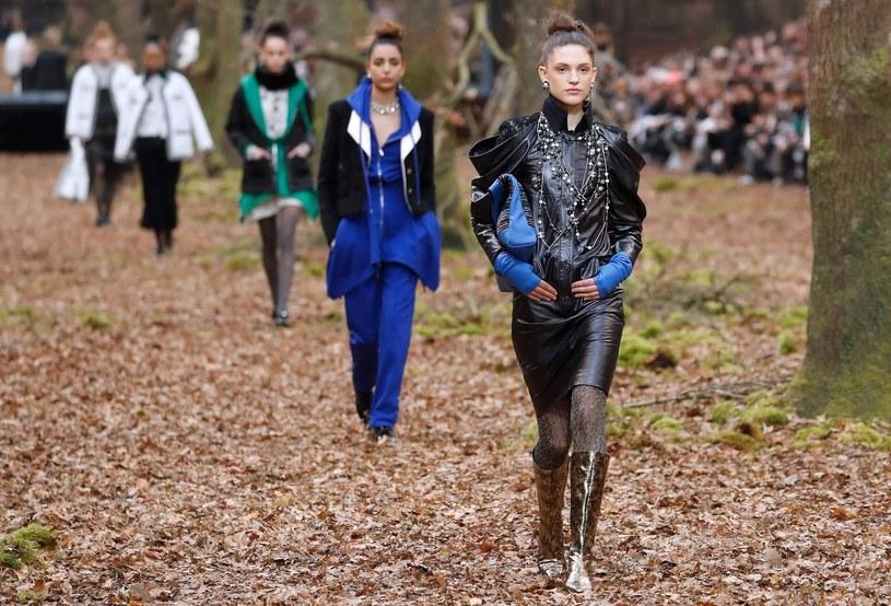 Stroje Chanel stawiały na wełnę, tweed, w jesiennej palecie kolorystycznej /East News