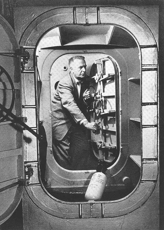 Strughold w kabinie ciśnieniowej w 1954 r. /Odkrywca