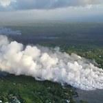 Strumień lawy wpływa do oceanu. Kłęby pary zagrażają mieszkańcom Hawajów