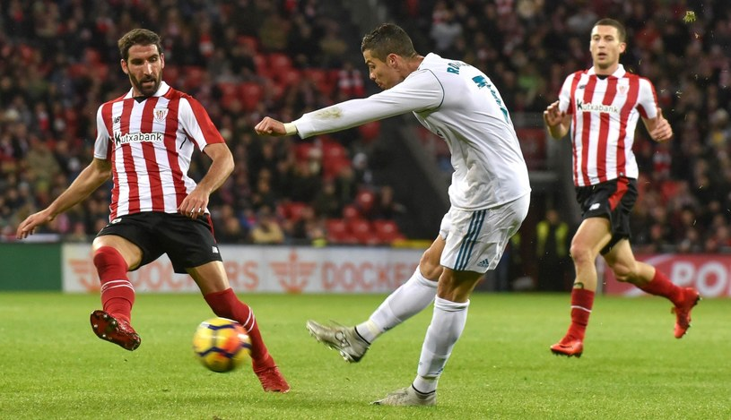 Strzela as Realu Madryt Cristiano Ronaldo. Obok pomocnik Athletic Bilbao Raul Garcia /PAP/EPA
