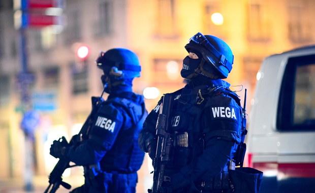 """Strzelanina w Wiedniu. Trwa obława na """"mocno uzbrojonych"""" zamachowców"""