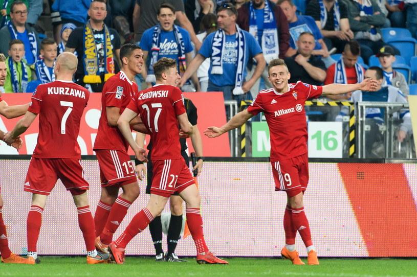 Strzelec czwartego gola dla Górnika Zabrze Damian Kądzior (z prawej) cieszy się z kolegami podczas meczu 33. kolejki piłkarskiej Ekstraklasy z Lechem Poznań / Jakub Kaczmarczyk    /PAP