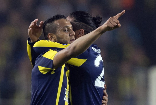 Strzelec dwóch goli dla Fenerbahce - Brazylijczyk Souza (z lewej) /PAP/EPA