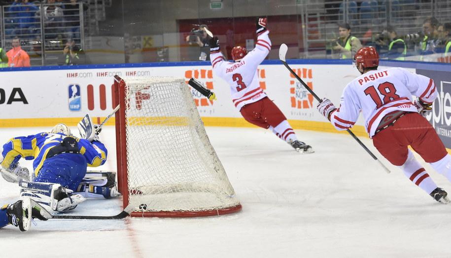 Strzelec gola Adam Bagiński (po lewej) i Grzegorz Pasiut cieszą się z pokonania bramkarza Ukrainy w meczu hokejowych mistrzostw świata Dywizji 1A w Krakowie /Jacek Bednarczyk /PAP