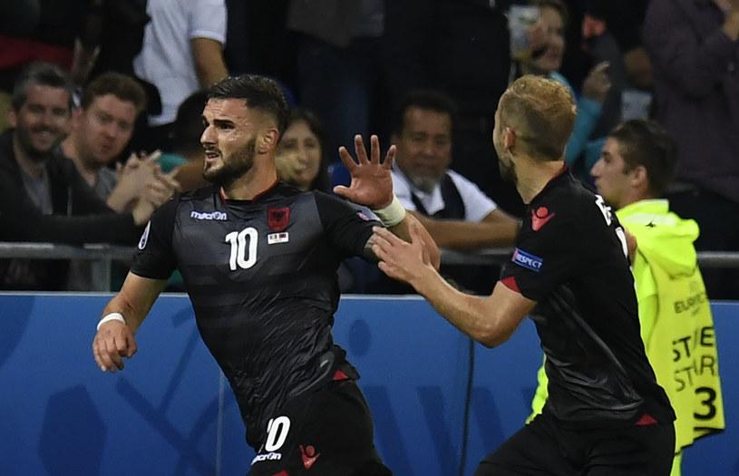 Strzelec gola dla Albanii Armando Sadiku (z lewej) /AFP