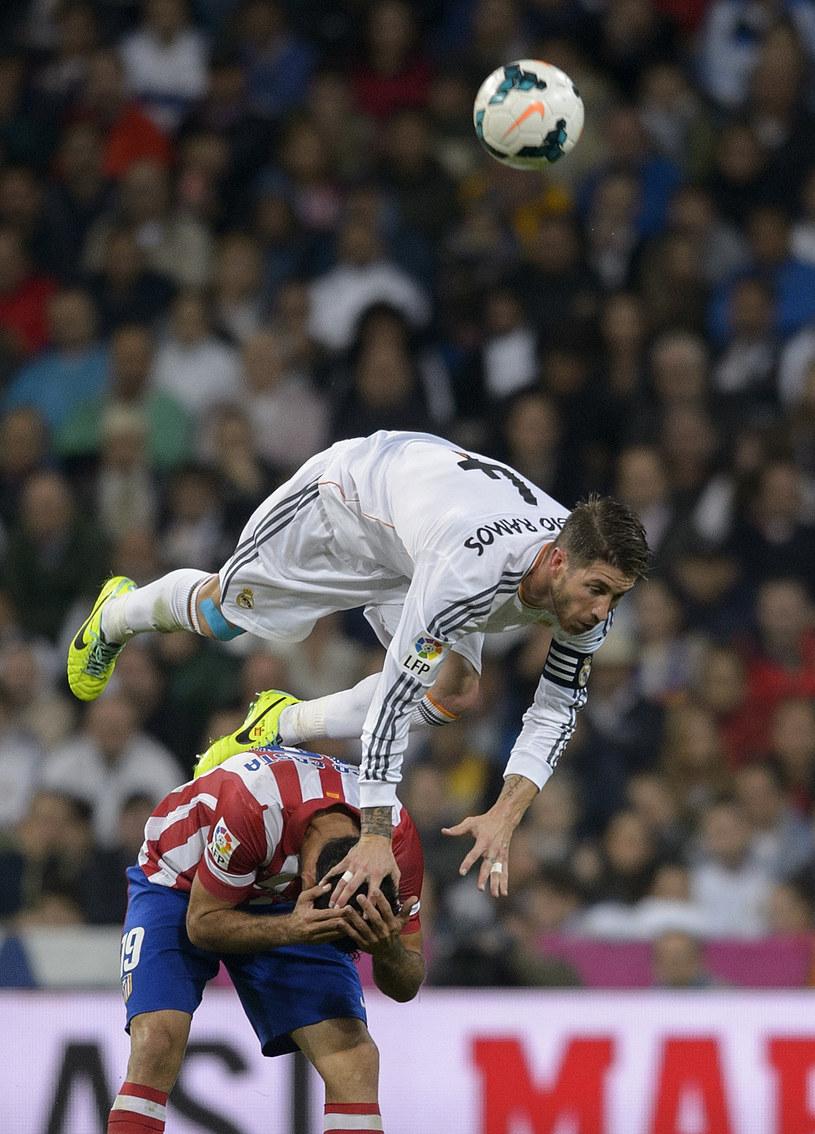 Strzelec gola dla Atletico Madryt Diego Costa atakowany przez kapitana Realu Madryt Sergio Ramosa /AFP