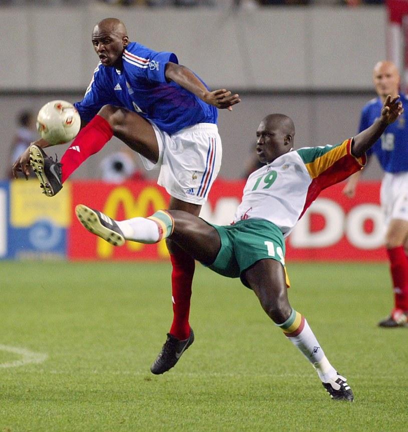 Strzelec gola dla Senegalu Papa Boupa Diop w walce z Patrickiem Vieirą /East News