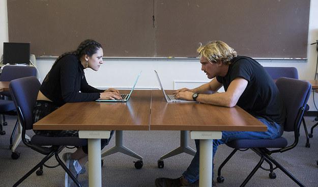 Studenci Brooke Rapko i John Chetwynd pokazują, jak... nie należy siedzieć przed komputerem /San Francisco State University  /Materiały prasowe