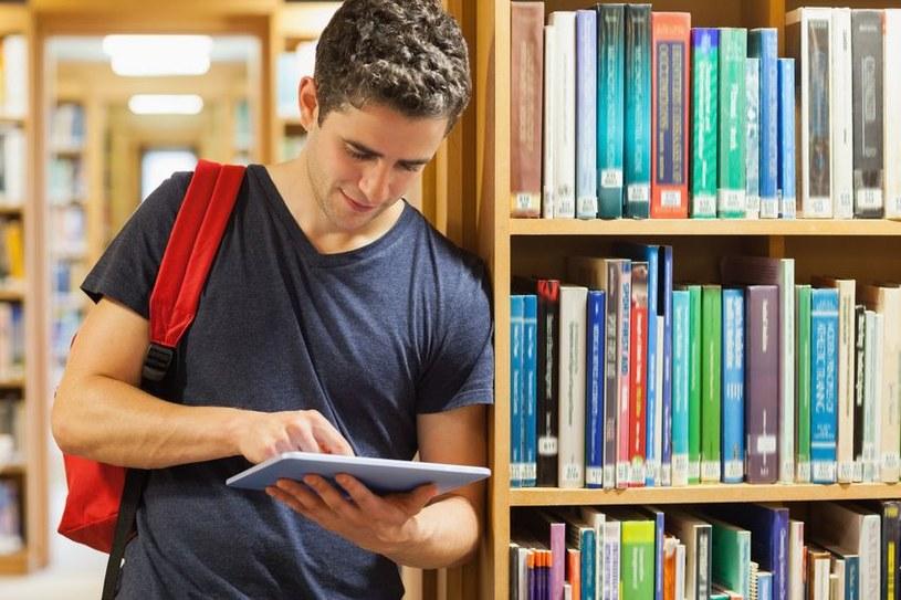 Studenci najczęściej podpisują umowy o dzieło, zlecenia lub o pracę tymczasową /123RF/PICSEL