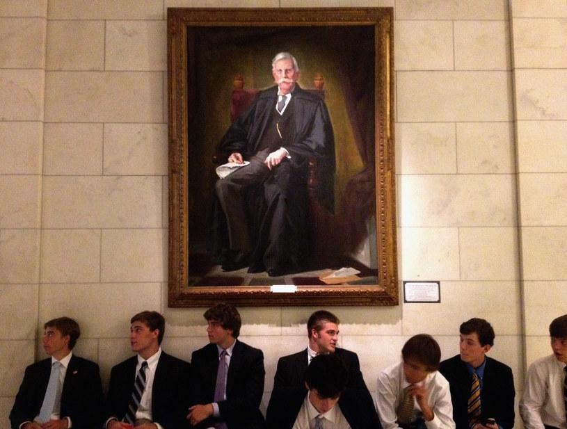 Studenci pod portretem sędziego Holmesa /AFP