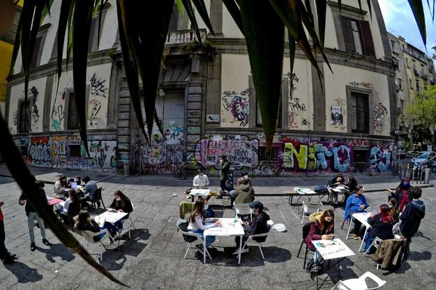 Studenci w Neapolu uczący się pod gołym niebem /CIRO FUSCO /PAP/EPA
