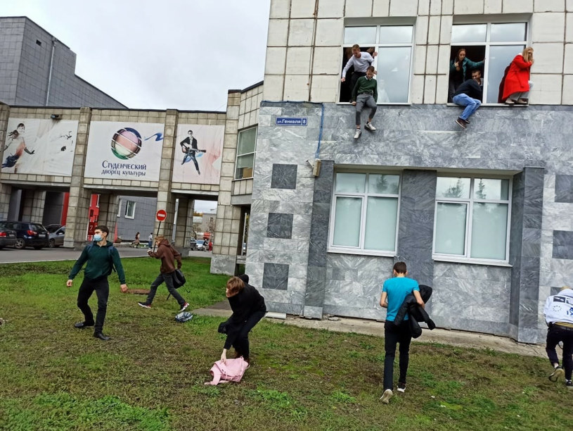 Studenci wyskakujący przez okno podczas strzelaniny na uniwersytecie w Permie /Anatoliy Romanov/SPUTNIK Russia /East News