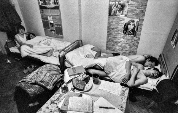 Studenci Uniwersytetu Warszawskiego w Domu Studenta przy ulicy Kickiego 9. N/z: pokoj z tzw. waletami (niezameldowanymi mieszkancami), para w głębi przygotowuje do egzaminu, 1977 r.