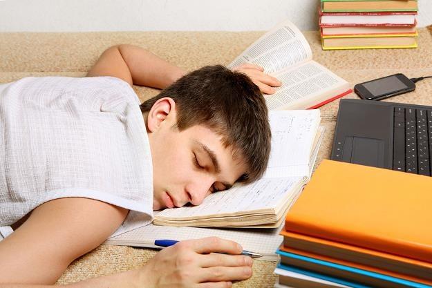 Student aby efektywnie pracować potrzebuje przynajmniej 7/8 godzin snu w spokoju /©123RF/PICSEL