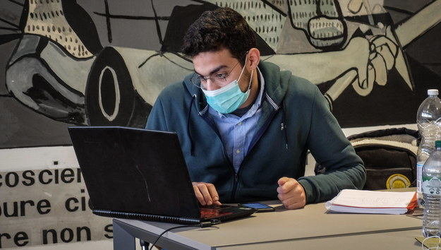 Student w Mediolanie /MATTEO CORNER /PAP/EPA