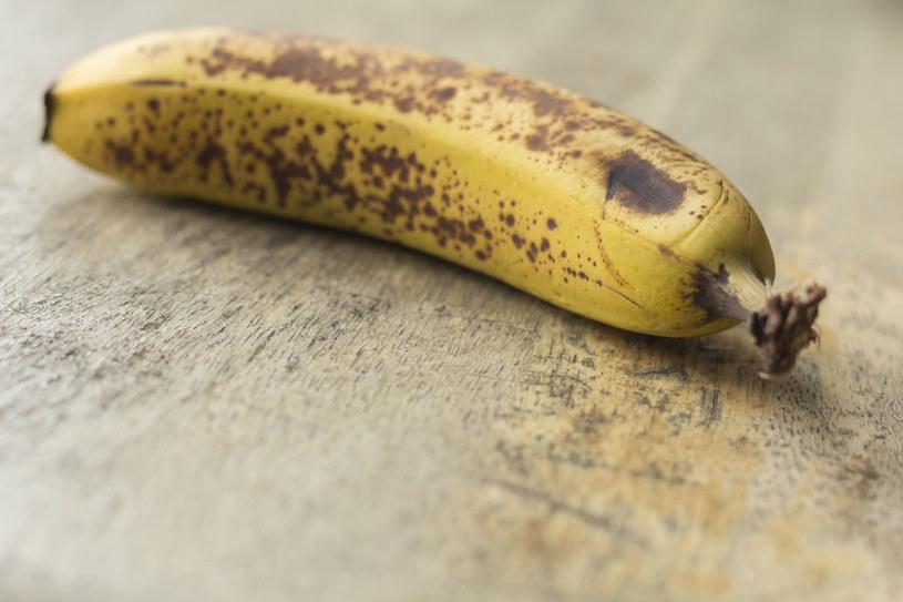 Stwierdzono, że fibroina spowalnia również proces dojrzewania bananów /123RF/PICSEL