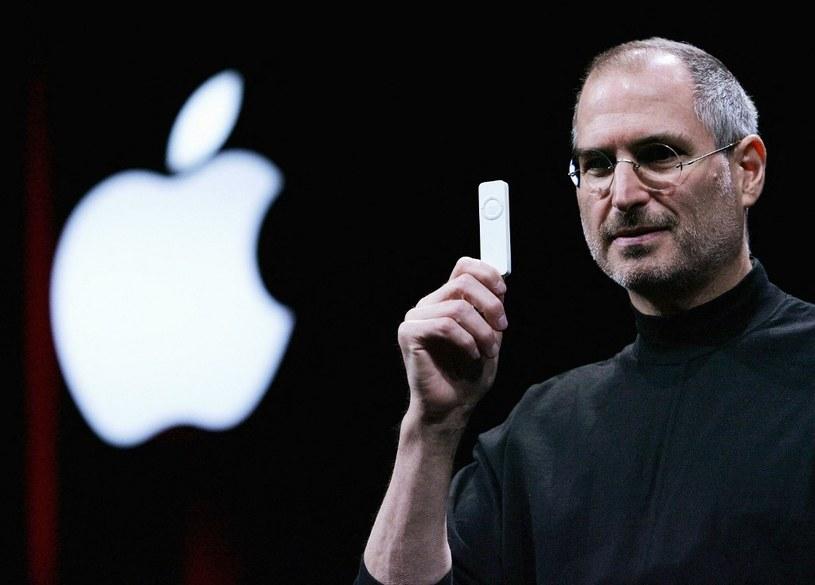 Styczeń 2005 Jobs prezentuje iPoda shuffle - cyfrowa rewolucja początków nowego wieku nie byłaby możliwa bez iPoda i iTunes /AFP