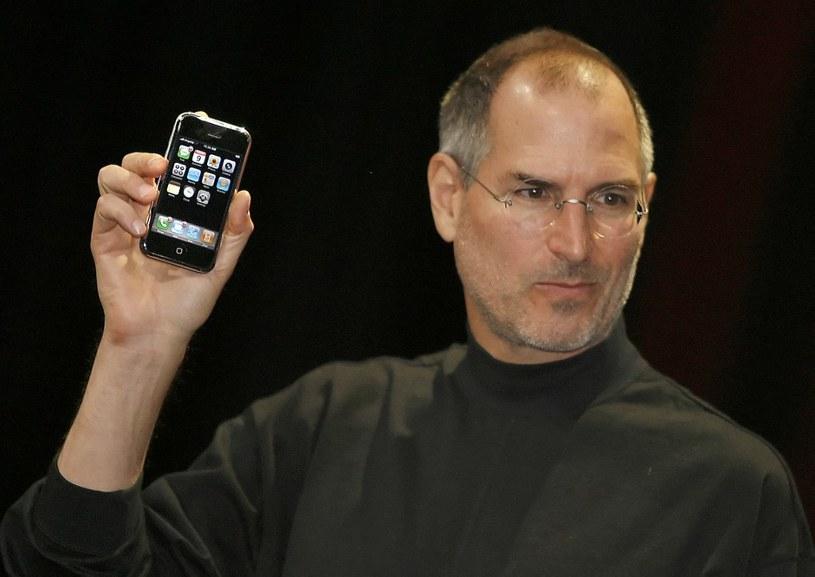 Styczeń 2007 rok - historyczna prezentacja iPhone'a. Smartfon Apple trafił do sprzedaży w czerwcu tego roku, stając się światowym fenomenem /AFP