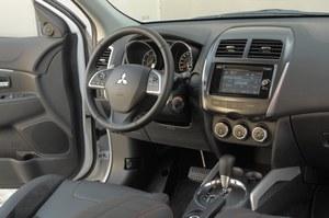 Styl kokpitu Mitsubishi ASX można opisać jako skromny, ale przejrzysty. Umieszczenie pokrętła głośności po prawej stronie radia jest mało wygodne. /Motor