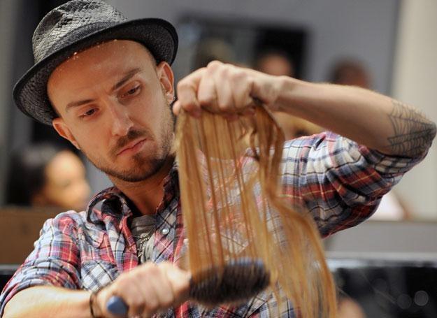 Stylista przygotowuje treskę przed pokazem mody /AFP