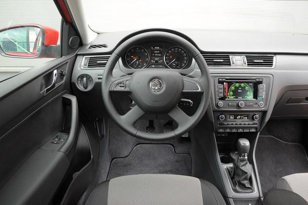 Stylizacja i ergonomia bez zastrzeżeń. Gorzej z jakością materiałów i wyciszeniem wnętrza. W kabinie dominują twarde tworzywa, które są na dodatek podatne na zarysowania. /Motor
