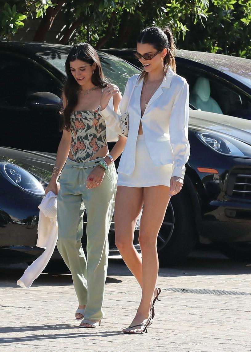 Stylizacja idealnie eksponowała smukłą sylwetkę Kendall /BACKGRID /East News